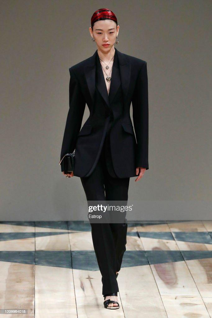 Alexander McQueen : Runway - Paris Fashion Week Womenswear Fall/Winter 2020/2021 : ニュース写真