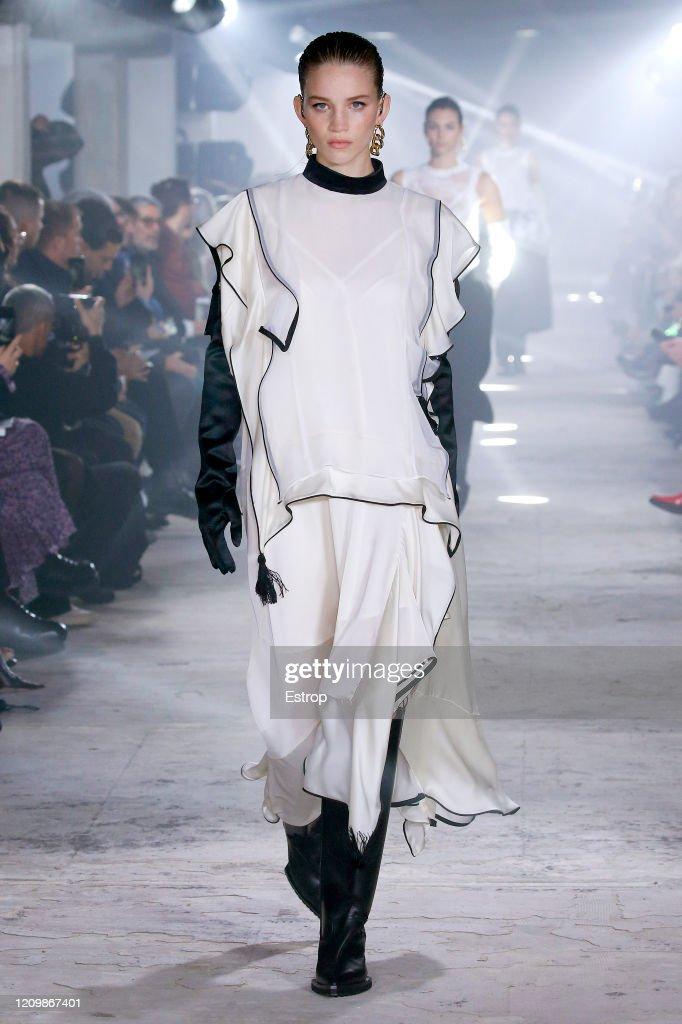 Sacai: Runway - Paris Fashion Week Womenswear Fall/Winter 2020/2021 : ニュース写真