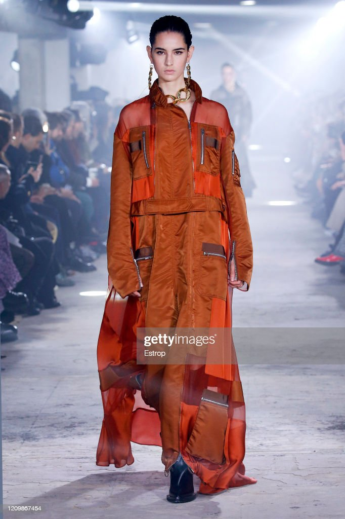 Sacai: Runway - Paris Fashion Week Womenswear Fall/Winter 2020/2021 : ニュース写真
