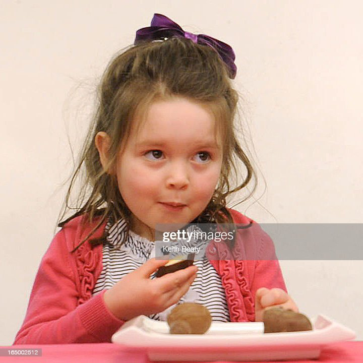 16 march 2012. children taste-testing the Easter treats, for Megan Ogilvie's 'Dish'. In this pic, Ai : ニュース写真