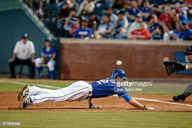 Texas Rangers shortstop Josh Wilson nearly gets picked off at 1st base during the MLB spring training game between the Texas Rangers and Tigres de...