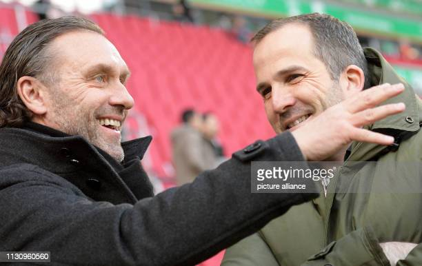 March 2019, Bavaria, Augsburg: Soccer: Bundesliga, FC Augsburg - Hannover 96, 26th matchday in the WWK-Arena. Coach Thomas Doll talks to coach Manuel...
