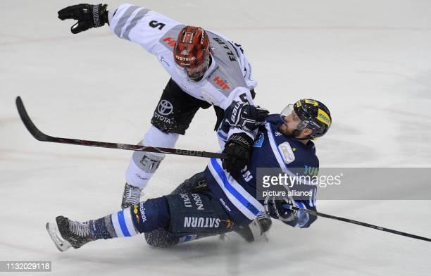 Ice hockey DEL ERC Ingolstadt Kölner Haie championship round quarter finals 4th matchday in the Saturn Arena Ingolstadt's Brett Olson and Cologne's...