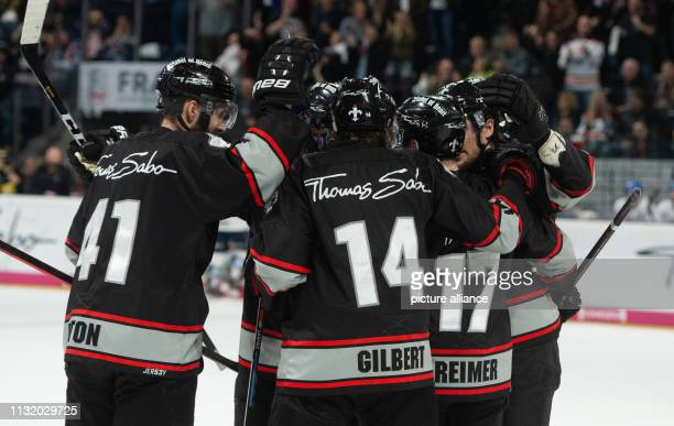 Ice hockey DEL Nürnberg Ice Tigers Adler Mannheim championship round quarter finals 4th matchday The players from Nuremberg around Will Acton Tom...
