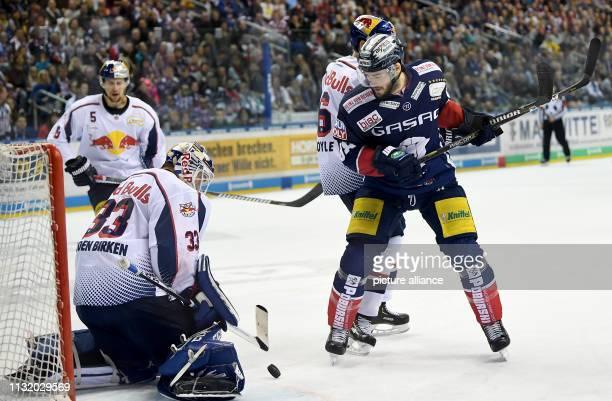 Ice hockey DEL Eisbären Berlin EHC Red Bull Munich championship round quarter finals 4th matchday Berlin's James Sheppard attacks the gate Photo...