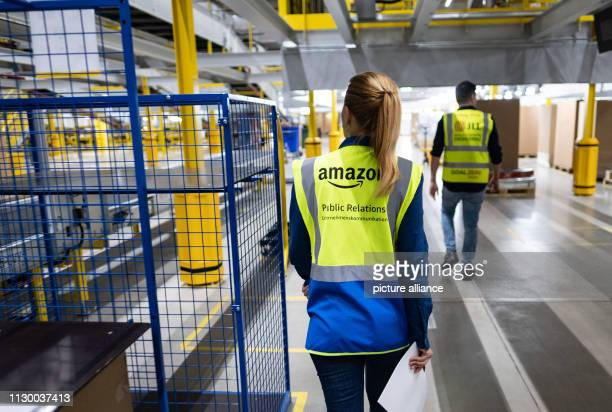 Employees of the parcel sender Amazon go through the sorting centre in Garbsen Amazon sorts the parcels in Garbsen by delivery area and then forwards...