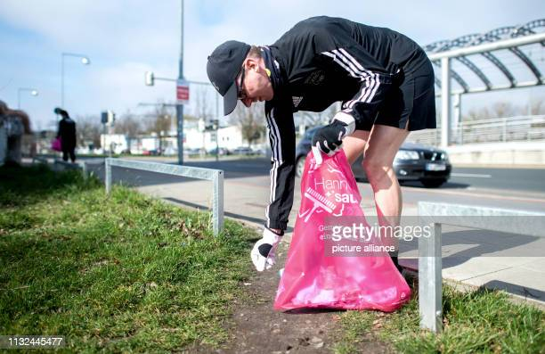 Jogger Oliver collects garbage lying on the ground around the Noltemeyer Bridge in the Bothfeld district with gloves and a garbage bag The new trend...