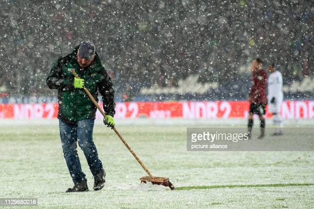 Soccer Bundesliga Hannover 96 Bayer Leverkusen 25th matchday in the HDI Arena In the game a helper frees the Straurraumlinie from snow Photo Swen...