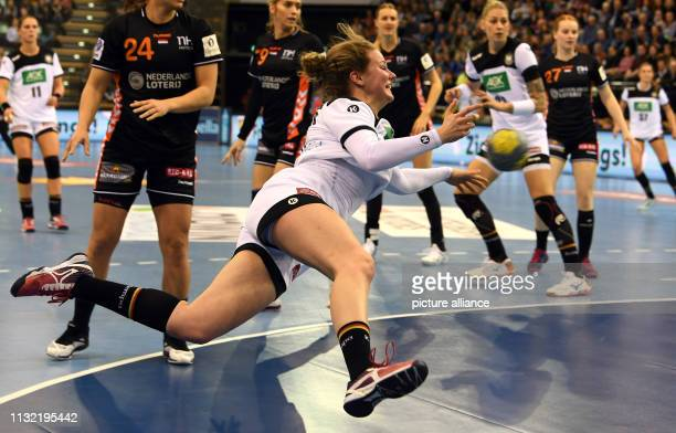 Handball women International match Germany Netherlands in the EWEArena The German Amelie Berger prevails in the circle Photo Carmen Jaspersen/dpa