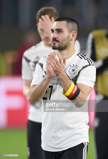 Soccer International match Germany Serbia in the Volkswagen Arena Germany's Ilkay Gündogan thanks the fans after the match IMPORTANT NOTE In...