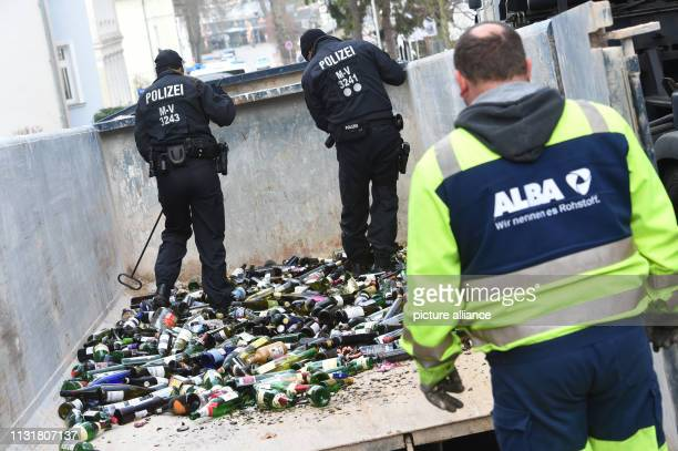 March 2019, Mecklenburg-Western Pomerania, Zinnowitz: Police are searching a waste glass container in Zinnowitz. In the unsolved murder case of an...
