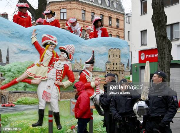 04 March 2019 North RhineWestphalia Köln Policemen secure the foolish hustle and bustle on the edge of the Shrove Monday procession With the Rose...