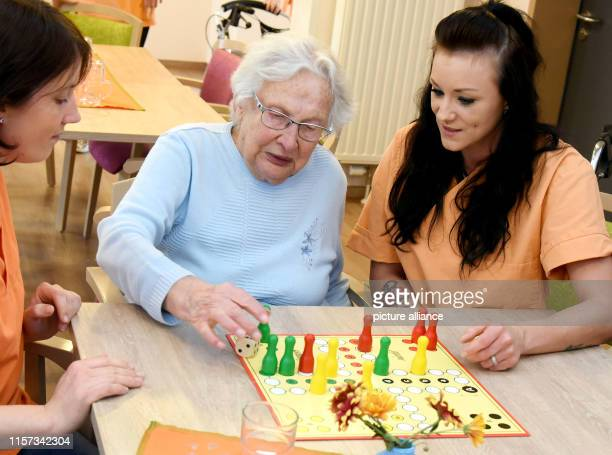 In the senior citizens' home of the care society at the castle the prospective geriatric nurse Frances Eckstein and Cindy Schröder sit with a senior...