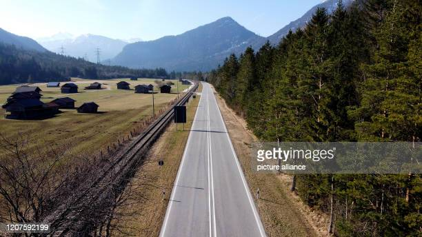 March 2020, Bavaria, Mittenwald: No car is on the road after 09:00 a.m. On the otherwise busy B2 towards the Mittenwald-Scharnitz border crossing. In...