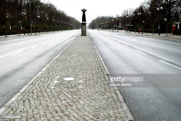March 2020, Berlin: The Strasse des 17. Juni is almost deserted and car-free. In order to slow down the spread of the coronavirus, the federal...