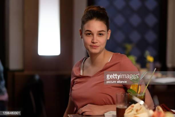 "March 2020, North Rhine-Westphalia, Cologne: The actress Josephine Becker sits in the backdrop of the RTL soap ""Unter uns"" during a photo shoot...."
