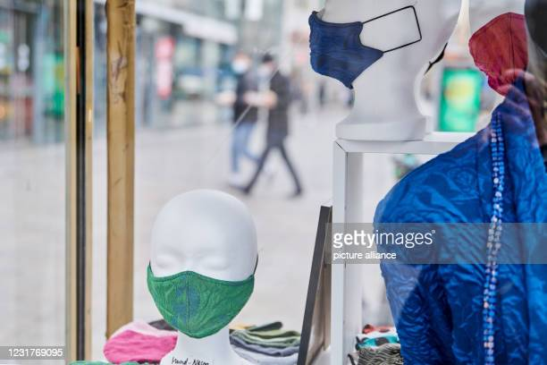 March 2021, Berlin: In a showcase at the Kuhdamm there are styrofoam heads with mouth and nose protection. Photo: Annette Riedl/dpa