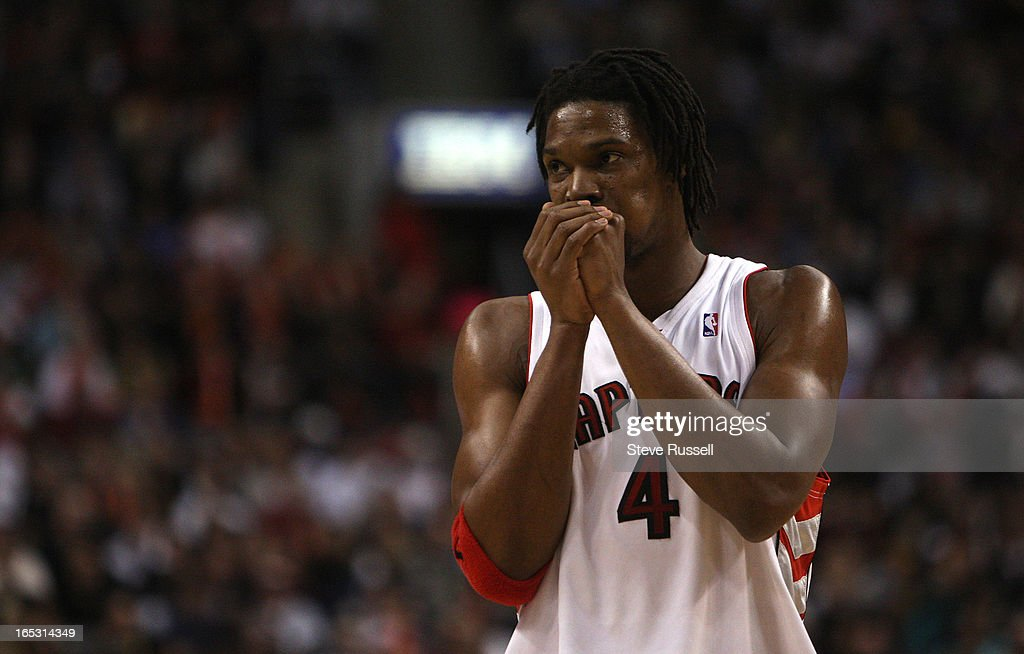 March 6, 2009 Chris Bosh tries to warm up his hands as the Raptors started the game cold as the Toro : News Photo