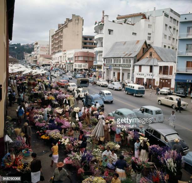 Marché aux fleurs dans une rue d'Antananarivo circa 1960 Madagascar
