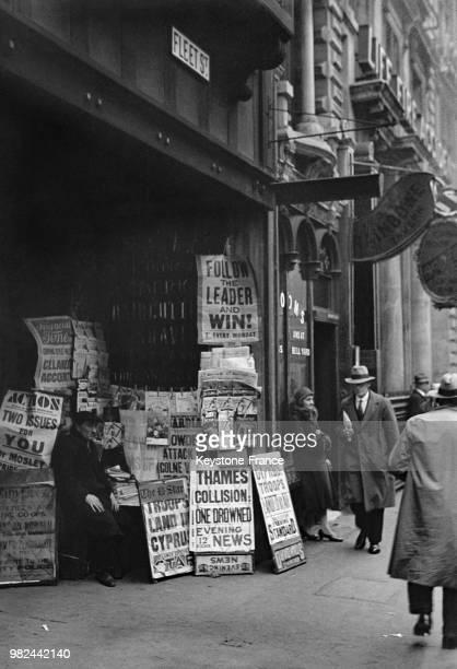 Marchand de journaux dans Fleet Street à Londres en Angleterre au RoyaumeUni en 1936