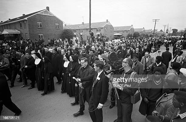 Marches For Civil Rights In Selma, Alabama. Alabama, Selma- 12 Mars 1965- Marches pour les droits civiques: adns une rue, des religieuse en habit...