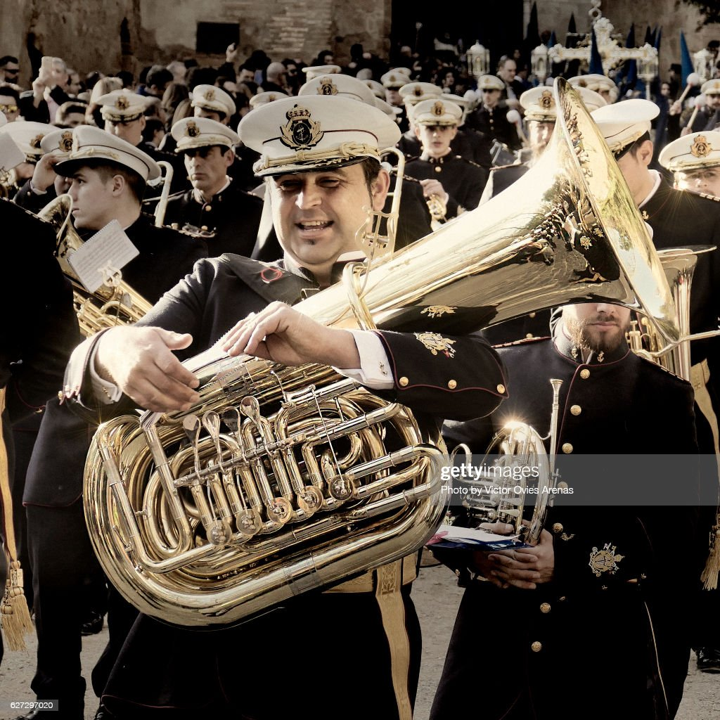 Marching band wearing military uniforms during an Easter religious parade in the Alhambra, Granada, Andalucia, Spain : Foto de stock