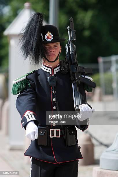 marching guard at oslo royal palace. - royal palace oslo stock pictures, royalty-free photos & images