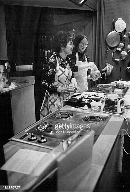 DEC 1 1976 JAN 19 1977 Marcia Fox Left Fills Acorn Squash With Frozen Blueberries Instant gourmet is most popular class taught at cooking school