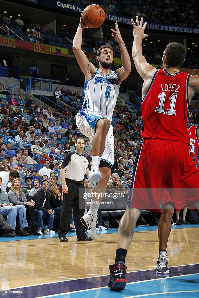 0024e8ef2 Marco Belinelli of the New Orleans Hornets shoots over Brook Lopez ...