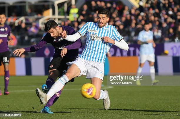 Marco Benassi of ACF Fiorentina battles for the ball with Mattia Valoti of Spal during the Serie A match between ACF Fiorentina and SPAL at Stadio...