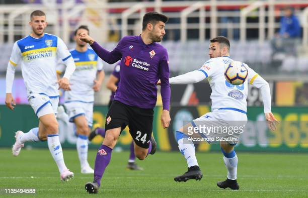 Marco Benassi of ACF Fiorentina competes for the ball with Andrea Beghetto of Frosinone Calcio during the Serie A match between ACF Fiorentina and...