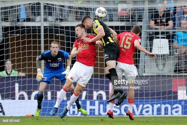 Marco Bizot of AZ Alkmaar Teun Koopmeiners of AZ Alkmaar Matt Miazga of Vitesse Guus Til of AZ Alkmaar during the Dutch Eredivisie match between AZ...