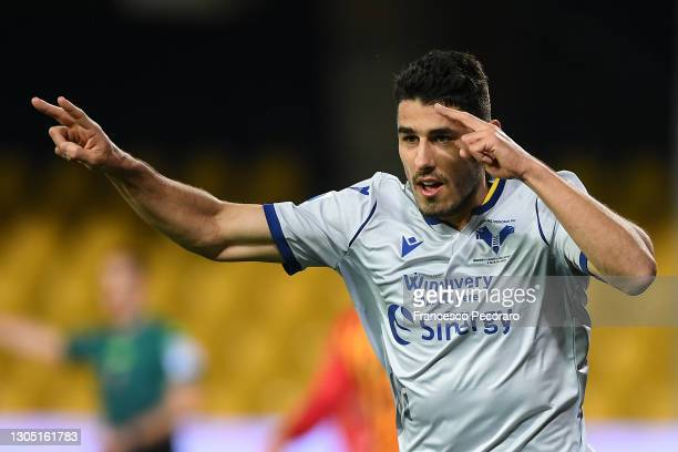 Marco Davide Faraoni of Hellas Verona F.C. Celebrates after scoring their team's first goal during the Serie A match between Benevento Calcio and...