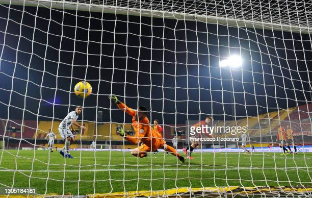 Marco Davide Faraoni of Hellas Verona F.C. Scores their team's first goal past Lorenzo Montipo of Benevento Calcio during the Serie A match between...