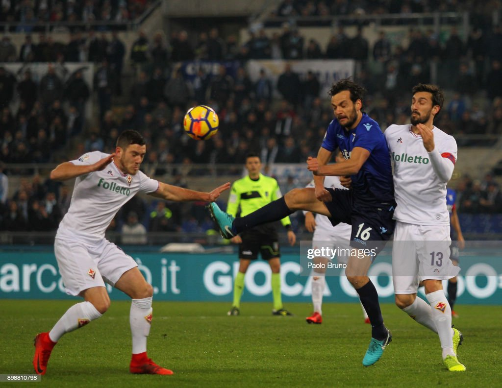 Marco Parolo of SS Lazio competes for the ball with Davide Astori (R) of ACF Fiorentina during the TIM Cup match between SS Lazio and ACF Fiorentina at Olimpico Stadium on December 26, 2017 in Rome, Italy.