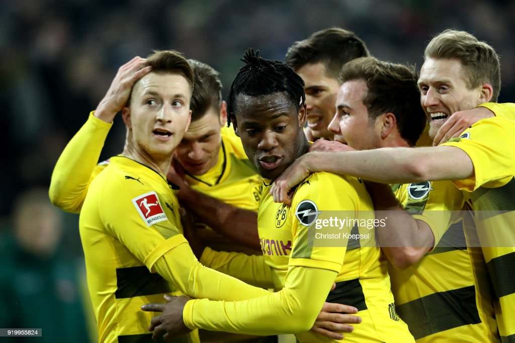 Marco Reus of Dortmund (L) celebrates the first goal with his team mates during to the Bundesliga match between Borussia Moenchengladbach and Borussia Dortmund at Borussia-Park on February 18, 2018 in Moenchengladbach, Germany.