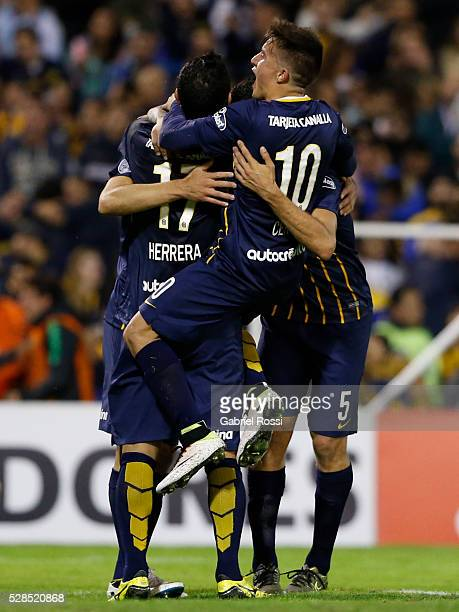 Marco Ruben of Rosario Central and teammates celebrate their team's second goal during a second leg match between Rosario Central and Gremio as part...