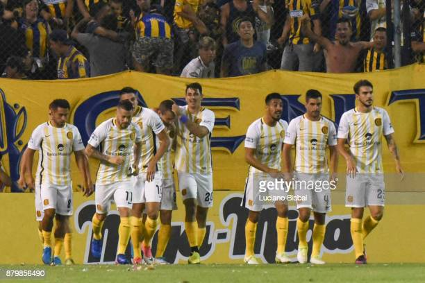Marco Ruben of Rosario Central celebrates with teammates after scoring the first goal of his team during a match between Rosario Central and Boca...
