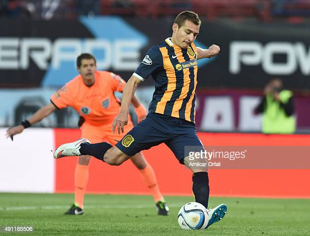 Marco Ruben of Rosario takes a penalty to score the fisrt goal of his team during a match between San Lorenzo and Rosario Central as part of 27th...