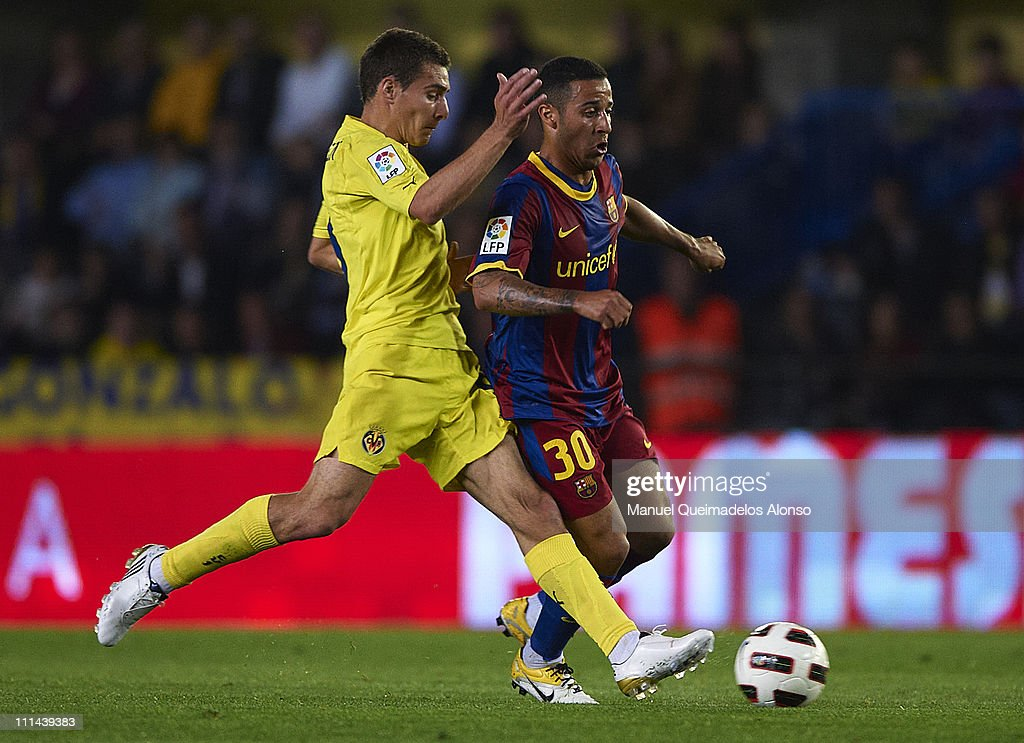 Marco Ruben (L) of Villarreal duels for the ball with Thiago of Barcelona during the La Liga match between Villarreal and Barcelona, at El Madrigal on April 2, 2011 in Villarreal, Spain.