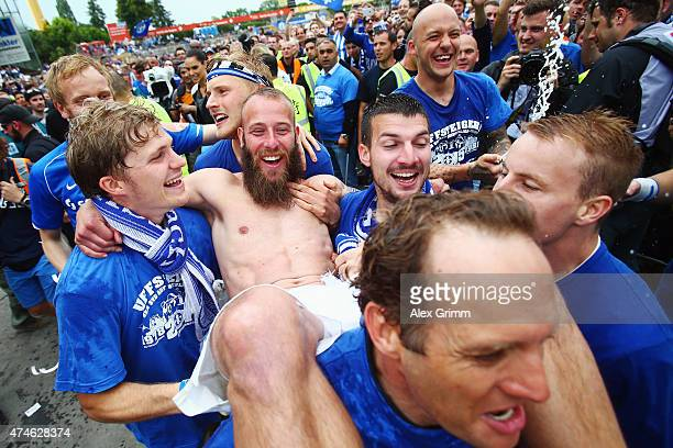 Marco Sailer of Darmstadt and team mates celebrate after the Second Bundesliga match between SV Darmstadt 98 and FC St. Pauli at Stadion am...