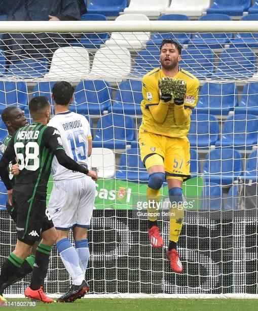 Marco Sportiello of Frosinone Calcio in action during the Serie A match between US Sassuolo and Frosinone Calcio at Mapei Stadium Citta' del...