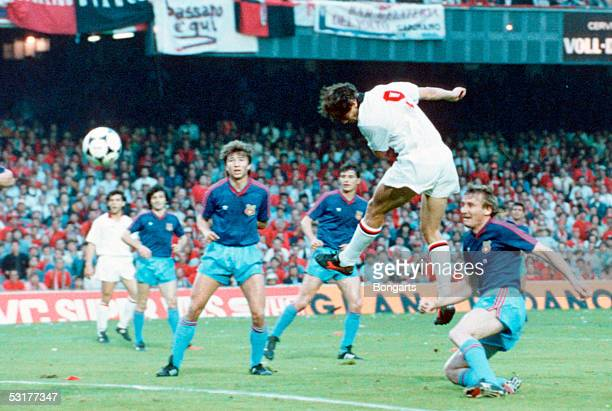 Marco Van Basten of AC Milan scores the 2nd goal during the European Cup Final match against Steaua Bucuresti at Nou Camp in Barcelona Spain AC Milan...