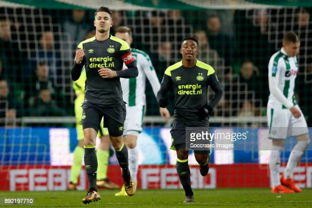Marco van Ginkel of PSV Celebrate Steven Bergwijn of PSV during the Dutch Eredivisie match between FC Groningen v PSV at the NoordLease Stadium on...