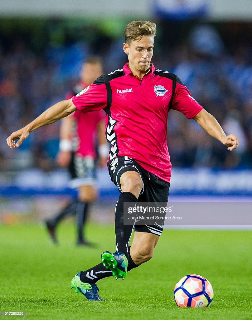 Marcos Llorente of Deportivo Alaves controls the ball during the La Liga match between Real Sociedad de Futbol and Deportivo Alaves at Estadio Anoeta on October 22, 2016 in San Sebastian, Spain.