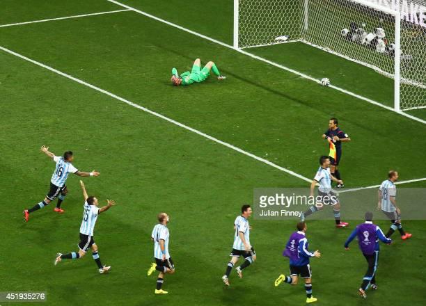 Marcos Rojo, Martin Demichelis, Pablo Zabaleta, Lionel Messi, Sergio Aguero and Rodrigo Palacio of Argentina celebrate defeating the Netherlands in a...