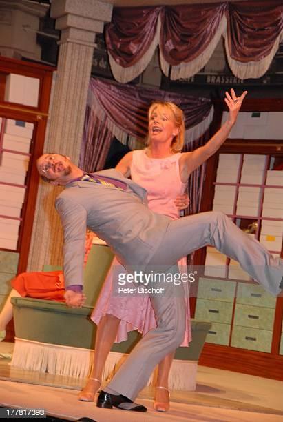 Marcus Ganser Nora von Collande Theaterstück Meine Schwester und ich Glocke Bremen Deutschland Europa musikalisches Lustspiel von R A L P H B E N A T...