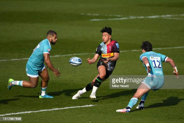 Marcus Smith of Harlequins passes the ball between Ollie Lawrence and Francois Venter of Worcester Warriors during the Gallagher Premiership Rugby...