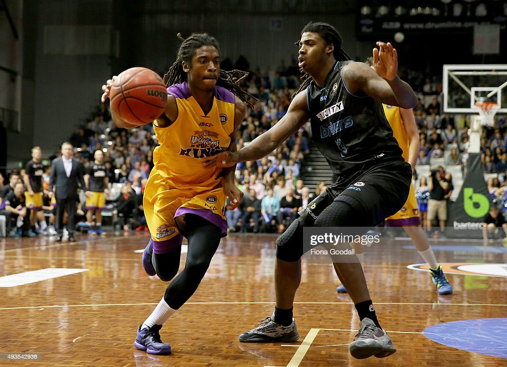 Marcus Thornton of the Sydney Kings (L) gets past Charles Jackson of the Breakers (R) during the round three NBL match between the New Zealand Breakers and the Sydney Kings at North Shore Events Centre on October 21, 2015 in Auckland, New Zealand.