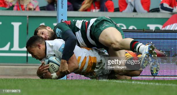 Marcus Watson of Wasps dives to score his second try during the Gallagher Premiership Rugby match between Leicester Tigers and Wasps at Welford Road...